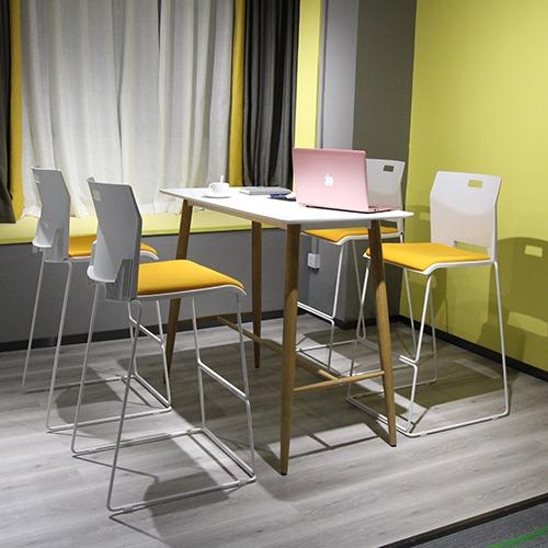 学校休闲区阅读桌椅场景图1