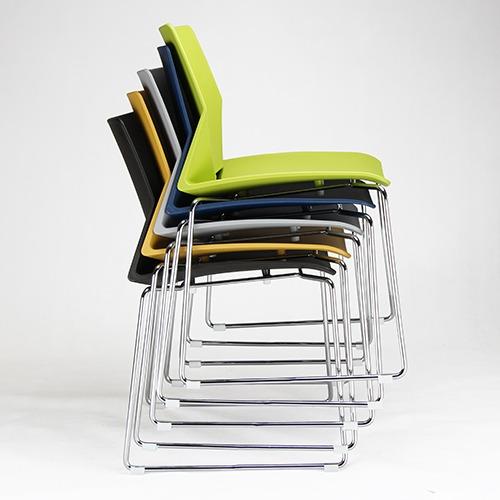 学校食堂餐厅餐桌椅叠落起来