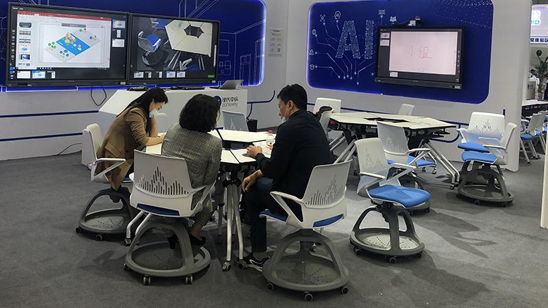现代中庆科技高校展会智慧教室桌椅案例