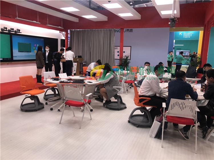 北京文香展会智慧教室桌椅案例