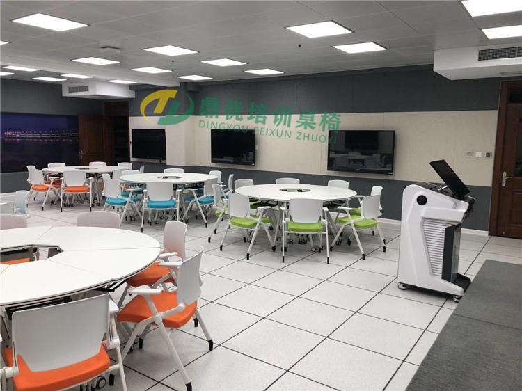 多屏互动智慧教室桌椅案例